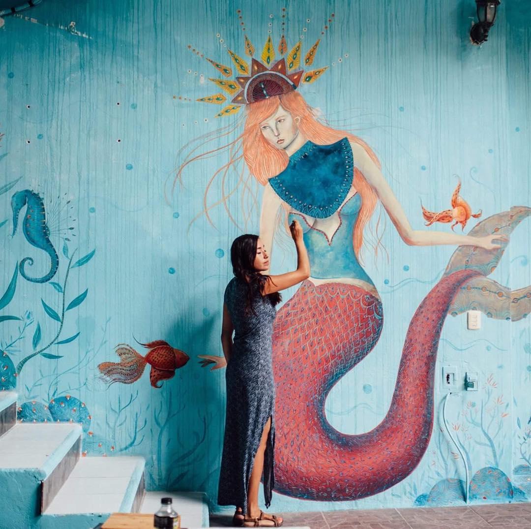 Bonie pintando un mural